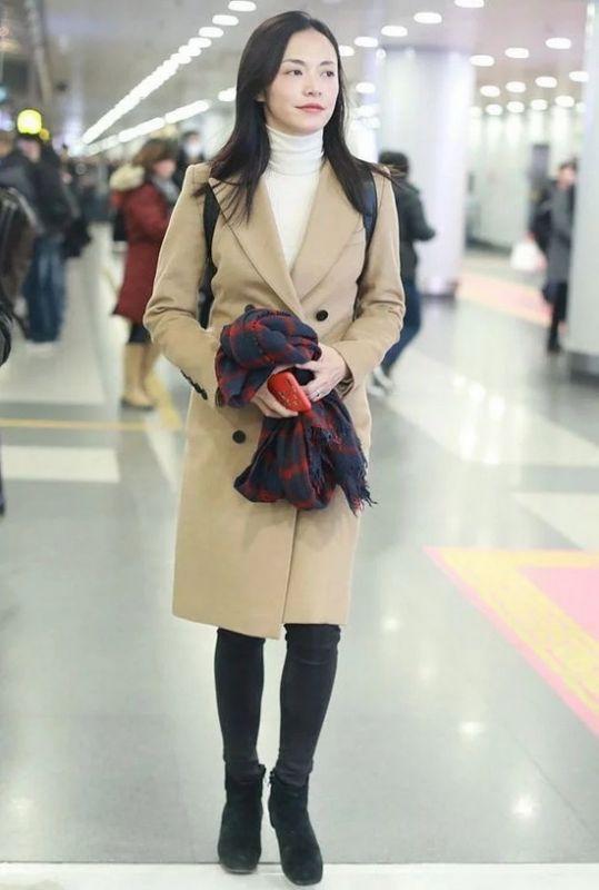 姚晨素颜机场街拍,大衣配围巾青春靓丽